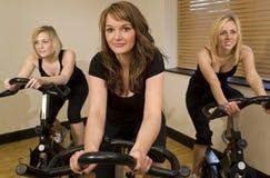 Trio faisant du vélo Photographie stock