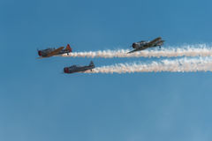 Trio AT-6 texan avec de la fumée et le ciel bleu Images stock