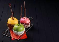 Trio von bunten Halloween-Apfelnachtischen Stockbilder