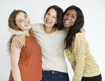 Trio von glücklichen Freundinnen lizenzfreie stockfotos