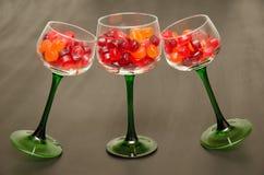 Trio von grünen aufgehaltenen Wein-Gläsern lizenzfreies stockbild