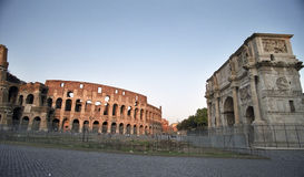 Triomf en colosseum royalty-vrije stock afbeelding