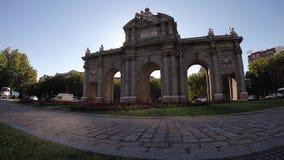 Triomfantelijk boogpuerta DE Alcala Gate monument in Madrid stock footage