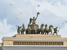 Triomfantelijke blokkenwagen op een boog van het Algemene personeel St Petersburg stock foto