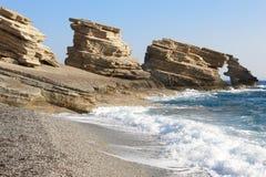 Triopetra Pebble Beach driva som fiskar medelhavs- netto havstonfisk Grekland Royaltyfria Foton