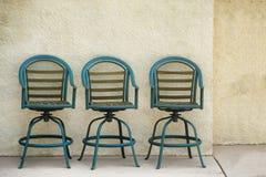 Trioplacering av utomhus- stolar Arkivfoto