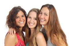 Triovrouwen die en camera lachen bekijken Stock Foto
