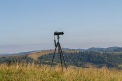 Tripé com a câmera na montanha Fotografia de Stock Royalty Free
