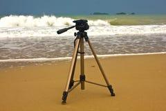 Tripé de câmera com fundo natural na areia Imagens de Stock