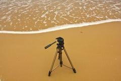 Tripé de câmera com fundo natural na areia Imagem de Stock