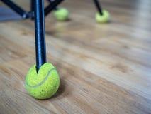 Tripé e bola de tênis fotografia de stock royalty free