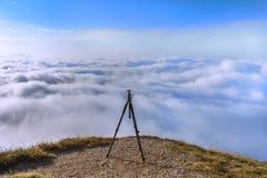 Tripé em uma parte superior da montanha Imagem de Stock Royalty Free