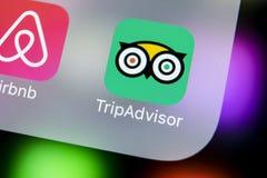 Tripadvisor在苹果计算机iPhone x屏幕特写镜头的应用象 tripadvisor com app象 黑板企业白垩黑板画媒体网络网络连接人照片社交的概念连接数 社会媒介app 图库摄影