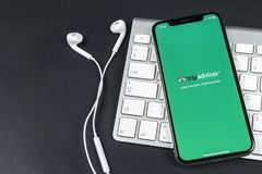 Tripadvisor在苹果计算机iPhone x屏幕特写镜头的应用象 tripadvisor com app象 黑板企业白垩黑板画媒体网络网络连接人照片社交的概念连接数 社会媒介app 库存照片