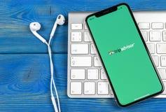 Tripadvisor在苹果计算机iPhone x屏幕特写镜头的应用象 tripadvisor com app象 黑板企业白垩黑板画媒体网络网络连接人照片社交的概念连接数 社会媒介app 免版税库存图片