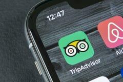 Tripadvisor applikationsymbol på närbild för skärm för Apple iPhone X tripadvisor symbol för com app tripadvisor anslutningar för Arkivfoton