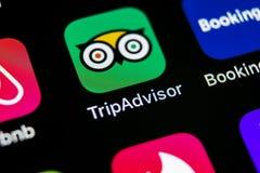 Tripadvisor applikationsymbol på närbild för skärm för Apple iPhone X tripadvisor symbol för com app anslutningar för begrepp för Arkivbilder