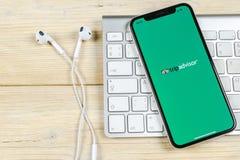 Tripadvisor applikationsymbol på närbild för skärm för Apple iPhone X tripadvisor symbol för com app anslutningar för begrepp för royaltyfria foton