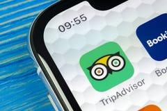 Tripadvisor applikationsymbol på närbild för skärm för Apple iPhone X tripadvisor symbol för com app anslutningar för begrepp för royaltyfri foto