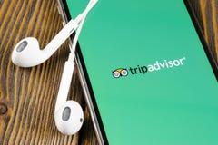 Tripadvisor applikationsymbol p? n?rbild f?r sk?rm f?r Apple iPhone X tripadvisor symbol f?r com app anslutningar f?r begrepp f?r arkivfoto