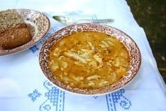 Tripe σούπα σε έναν αγροτικό πίνακα Στοκ Εικόνες