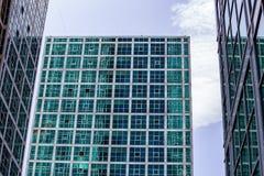 Tripletto di vetro moderno della costruzione dalla prospettiva della pavimentazione Immagini Stock Libere da Diritti