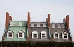 Triplex huis met interessante architectuur royalty-vrije stock afbeeldingen