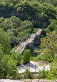 Triplicar-se de Kalogeriko arqueou a ponte de pedra, Epirus, Grécia Foto de Stock