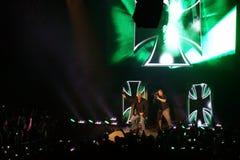 Triplicar-se H da legenda da estrela mundial de WWE grita enquanto filma a multidão como eles fi Foto de Stock Royalty Free