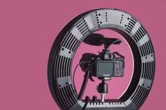 Tripod för kamera med runt ljus arkivbild