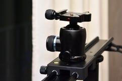 Tripodbollhuvud som monteras på kameraglidaren Arkivbild