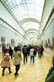 Trippers i besöket av Louvremuseet Arkivfoto