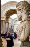 Trippers i besöket av Louvremuseet Arkivfoton