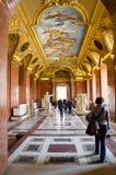 Trippers i besöket av Louvremuseet Arkivbild