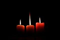 Tripple灼烧的蜡烛 免版税库存图片