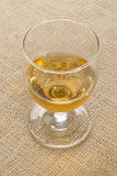 Tripple destillerad irländsk whisky i ett exponeringsglas Arkivbild
