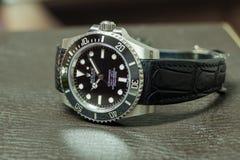 Tripulante de submarino de Rolex ninguna fecha en la tabla de cuero Foto de archivo libre de regalías