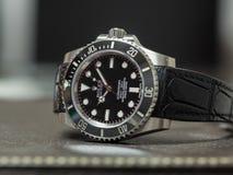 Tripulante de submarino de Rolex ninguna fecha en la tabla de cuero Imagenes de archivo