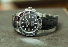 Tripulante de submarino de Rolex ninguna fecha en la tabla de cuero Fotos de archivo libres de regalías