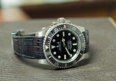 Tripulante de submarino de Rolex ninguna fecha en la tabla de cuero Imagen de archivo libre de regalías