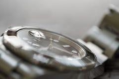 Tripulante de submarino de Rolex Primer, foco bajo de un icónico, suizo-hecho hombres el ` s buceadores mecánicos reloj fotos de archivo libres de regalías