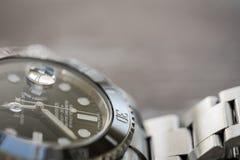 Tripulante de submarino de Rolex Primer, foco bajo de un icónico, suizo-hecho hombres el ` s buceadores mecánicos reloj imagen de archivo libre de regalías