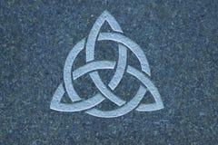Triquetra/Drievuldigheidsknoop op steenoppervlakte stock afbeelding