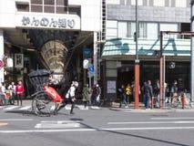 年轻trishaw在东京 免版税库存照片
