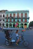 Trishaw проходя старой Гаваной Стоковые Фото