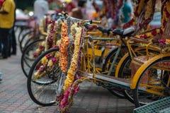 Trishaw adornó con las flores coloridas Foto de archivo libre de regalías