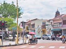 Trishaw bij de verbinding van Lebuh Chulia met Jalan Masjid Kapitan Keling vroeger Pitt Street in George Town stock afbeeldingen