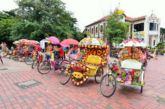 Trishaw die met kleurrijke bloem wordt verfraaid Royalty-vrije Stock Foto's