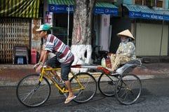 Trishaw en la calle en la ciudad de Chau doc., Vietnam foto de archivo