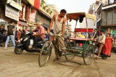 Trishaw indiano sulla via a Delhi Fotografia Stock